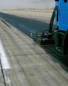 Entfernung-von-Gummiabrieb-Landebahn_BGS-Strate-Wasserhochdrucktechnik